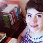 Ho sempre una matita in mano quando nell'altra ho un libro: scrivo le iniziali della persona cui voglio leggere frasi e versi che mi emozionano. È nata così la passione di leggere ad alta voce. Quando viaggio in camper, però, niente libri e niente matite. Troppo concentrata a guardarmi intorno. Quella di scrivere, invece, è una passione antica, dalle liste della spesa alle recensioni, dagli articoli ai saggi. Laureata in Scienze pedagogiche e della progettazione educativa, giornalista pubblicista, bibliotecaria felice. Non ho il pollice verde, ma adoro i fiori. Da ragazzina mi chiamavano Olivia, quella di Braccio di ferro. Che resta il mio mito.