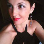 """Francesca Maccani: Trentina di origine, vive a Palermo dal 2010. Docente di lettere nella scuola secondaria, ha insegnato sia in Trentino che in Sicilia, sperimentando in prima persona le differenze sociali e strutturali della scuola italiana in contesti diametralmente opposti. Ha pubblicato un libro di poesie, Fili d'erba, nel 2007 e gestisce una pagina Facebook - Francesca leggo veloce - in cui recensisce testi di narrativa e commenta i principali avvenimenti del mondo dell'editoria. Sua la rubrica """"La recensora della domenica""""."""