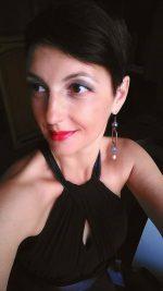 """Trentina di origine, vive a Palermo dal 2010. Ha pubblicato un libro di poesie, Fili d'erba, nel 2007 e il saggio """"La cattiva scuola"""" scritto con Stefania Auci nel 2017. Gestisce una pagina Facebook: Francesca leggo veloce"""