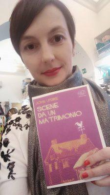 """Trentina di origine, vive a Palermo dal 2010. Ha pubblicato un libro di poesie, Fili d'erba, nel 2007 e il saggio """"La cattiva scuola"""" scritto con Stefania Auci nel 2017. Gestisce una pagina Facebook: Francesca leggo veloce."""
